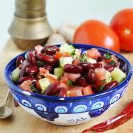 Sałatka z czerwonej fasoli z ogórkiem zielonym i pomidorem
