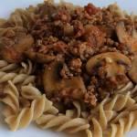 Makaron z mięsem i pieczarkami