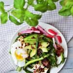 Szparagi z awokado, jajkiem w koszulce, rzodkiewką, fetą, szynką parmeńską i orzechami laskowymi z delikatnym dressingiem
