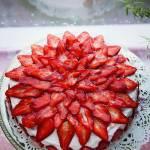 Truskawkowy tort z bitą śmietaną