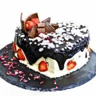 Malinowy tort z glazurą czekoladową