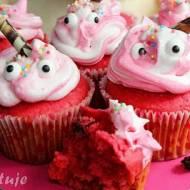Różowe muffiny z kisielem, bakaliami i bitą śmietaną