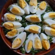 Sałatka ziemniaczana z jajkami w maślankowym sosie – świetna do grilla