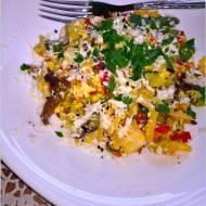 Smażone warzywa z jajkiem i serem korycińskim