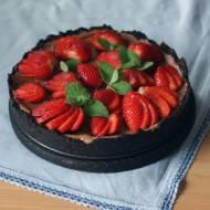Tarta czekoladowa z Oreo i truskawkami