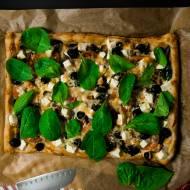 Tarta na cieście francuskim ze szpinakiem, bakłażanem, serem feta i oliwkami