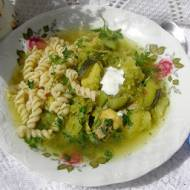 zielona warzywna zupa z makaronem na skrzydełkach...