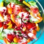 Sałatka z granatem i pomidorkami śliwkowymi