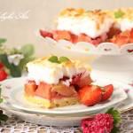 Rabarbarowo-truskawkowe ciasto z bezą i migdałami