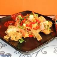 Makaronowe wstążki, warzywa i krewetki w sosie piwnym