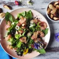 Sałatka z mniszkiem, duszonym rabarbarem, orzechami brazylijskimi i czarną quinoą