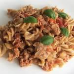 Makaron w sosie z tuńczyka i pomidorów