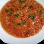Zupa z czerwonej soczewicy z pomidorami