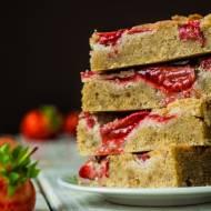 Bezglutenowe ciasto z truskawkami i rabarbarem