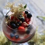 Deser z owocami i kwiatem czarnego bzu