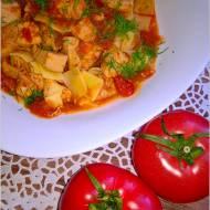 Piersi z kurczaka w sosie pomidorowo-parykowym z makaronem