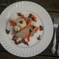 Polędwiczka wieprzowa podana z warzywami i  kurkami.