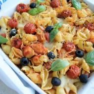 Zapiekanka makaronowa z pomidorkami, mozarellą i oliwkami
