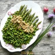 Zielone szparagi z zielonym groszkiem i orzechami włoskimi - expresowa sałatka