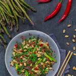 Makaron ryżowy ze szparagami i wołowiną marynowaną w maśle orzechowym