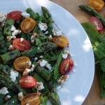 Sałatka z zielonymi szparagami na szpinaku i rukoli