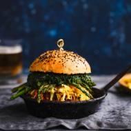 Burger ze szpinakiem i szparagami