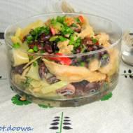 Ciepła sałatka z kolorową fasolą, kurczakiem i makaronem