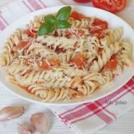 Makaron w pomidorach z czosnkiem i bazylią