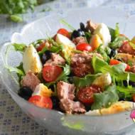 Sałatka z rukolą, tuńczykiem, jajkiem, oliwkami i pomidorkami
