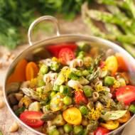 Kolorowa sałatka makaronowa z warzywami