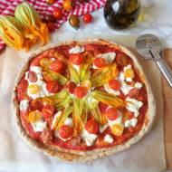 Razowa pizza z ricottą, pomidorkami i kwiatami cukinii (Pizza integrale con ricotta, pomodorini e fiori di zucca)