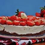 Tort śmietanowo truskawkowy bez pieczenia