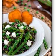 Sałatka czarna quinoa – zielone szparagi – zielony groszek – feta – chipsy z batatów