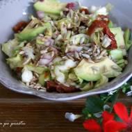 Sałatka z młodej kapusty, suszonych pomidorów i awokado