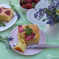Ciasto jogurtowe z truskawkami i borówkami.