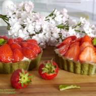 Wiosenne tartaletki z cytrynowym kremem jogurtowym i truskawkami