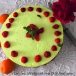 Letni sernik morelowy z truskawkami i agrestowym musem (na zimno)