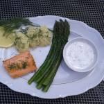Łosoś z młodymi ziemniaczkami, szparagami i sosem koperkowym