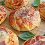 Puszyste bułeczki pizzowe z szynką i boczkiem