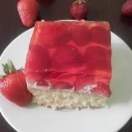 Ciasto biszkoptowe z truskawkami i galaretką.
