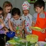 Warsztaty - 7-latki robią sałatki