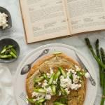 Omlet biszkoptowy ze szparagami i serem wędzonym