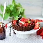 Salsa z truskawek i mięty oraz poziomki z kremem jogurtowym i sosem czekoladowym w miseczce z płatków kukurydzianych. Śniadanie
