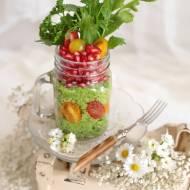 Kasza jaglana z pesto z rukoli i lubczyku z granatem i pomidorkami