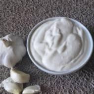 Sos czosnkowy na bazie jogurtu i fety