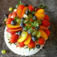 Tort kakaowy z kremem cappuccino i owocami