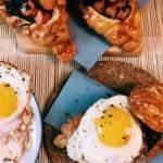 Croissant z jajkiem sadzonym, szpinakiem i frankfurterkami