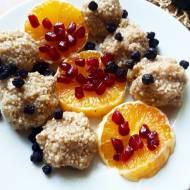 Kasza jaglana z plastrami pomarańczy, jagodami i granatem