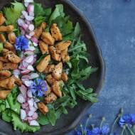 Letnia sałatka z kurczakiem i chabrami