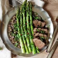 Polędwica z dzika, zielone szparagi i quinoa